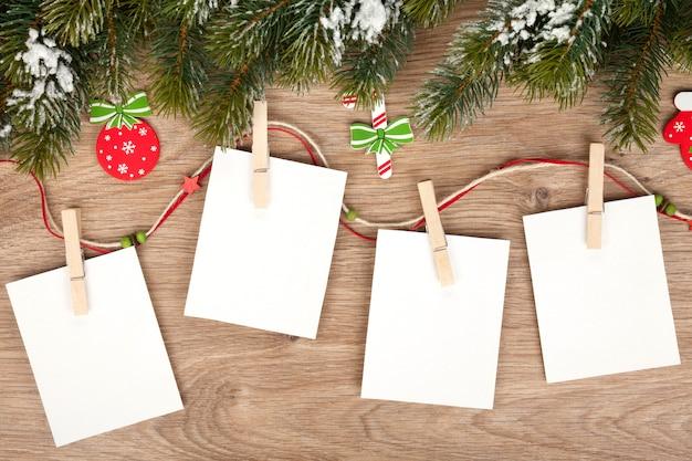 전나무와 장식이 있는 빈 크리스마스 사진 프레임
