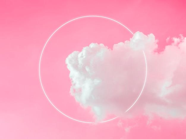 美しいピンクのネオンの空を背景に、夢のようなふわふわ雲に空白の白い輝く光のフレーム。コピー スペースを持つ抽象的な最小限の自然で豪華な背景。
