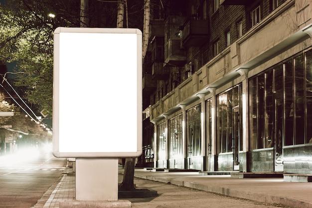 Пустой ситилайт для рекламы в городе, copyspace для текста, изображения, дизайна. медиа-маркетинг, реклама, рекламное объявление, коммерческое предложение или сообщение. баннер, шаблон белый.