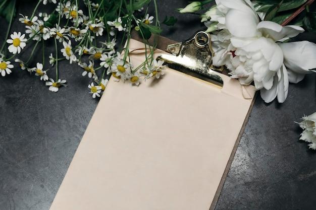 Пустой буфер обмена, украшенный цветами