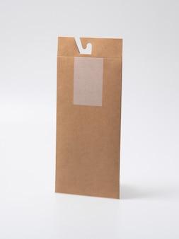 環境にやさしい、リサイクル可能な材料を使用した使い捨てパッケージとしてのブランククローズドクラフトボックスモックアップ。