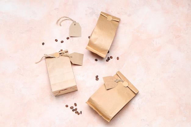 Пустые кофейные пакеты на цвете
