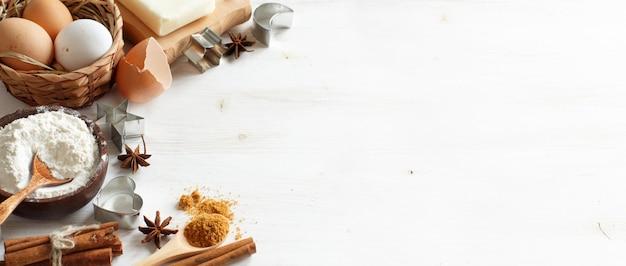 Пустая кулинарная книга, ингредиенты и посуда крупным планом