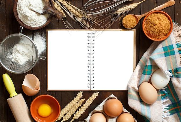 空白の料理本、食材、調理器具の上面図