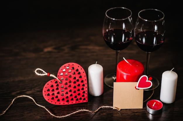 빈, 공예 종이, 촛불, 붉은 심장, 로프, 갈색 나무 배경에 와인
