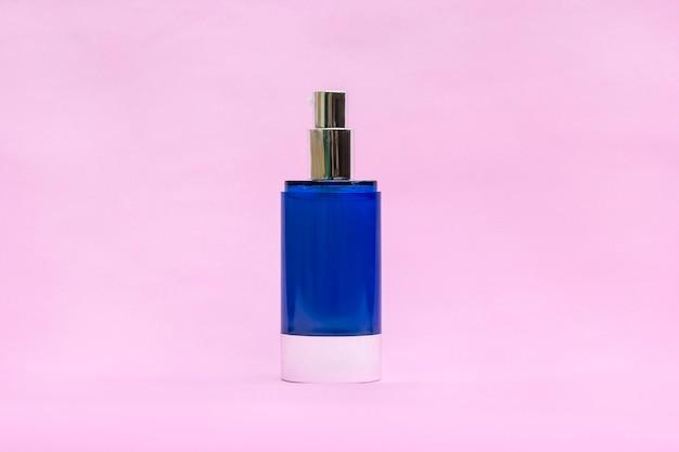 Пустой крем банку. косметические средства по уходу за кожей, современная концепция органической тенденции красоты.