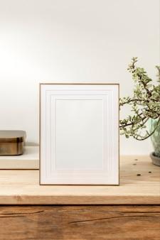 Пустая декоративная рамка для фотографий на деревянном столе