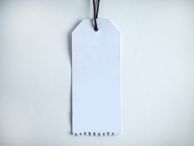 흰색 배경에 판지로 만든 빈 장식 태그입니다.