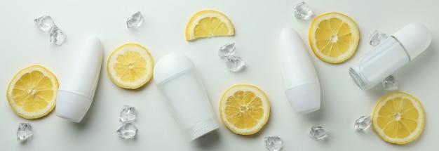 빈 탈취제, 레몬 슬라이스 및 흰색 배경에 얼음 조각