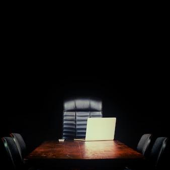 Пустой рабочий стол на черном фоне