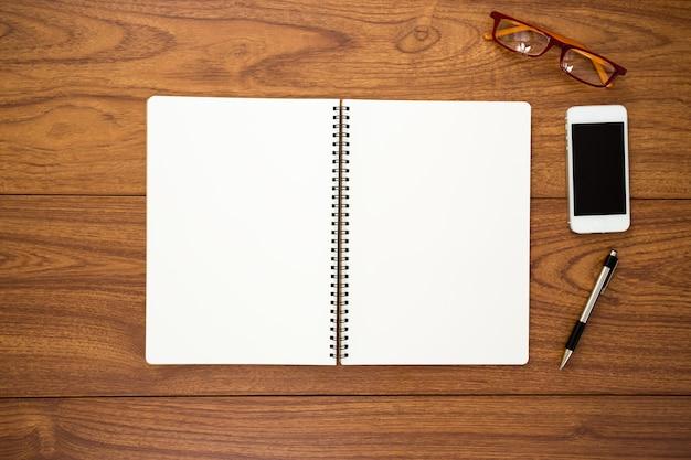 Пустой дневник на фоне дерева