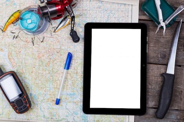 釣り道具とナビゲーターマップ上の空白のデジタルタブレット
