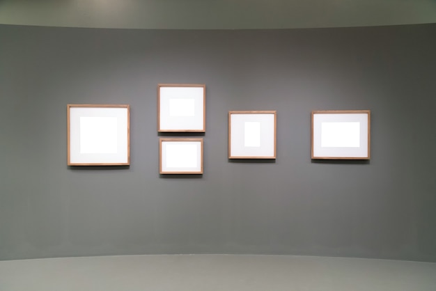 Пустые, пустые рамки в галерее. Premium Фотографии