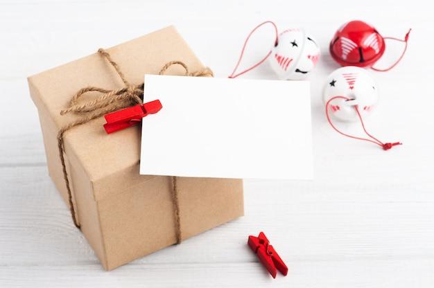 빈 빈 노트와 소박한 나무에 화이트 크리스마스 장난감