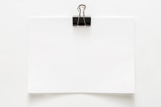 Пустой пустой лист бумаги с зажимом