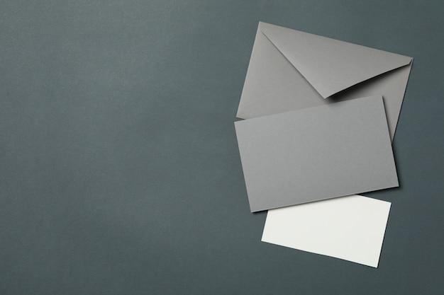 白紙の封筒と明るい黒の背景、テキスト用のスペース上のカード