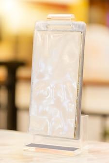 コーヒーショップで空白のチラシモックアップガラスプラスチック透明ホルダーポスターディスプレイ