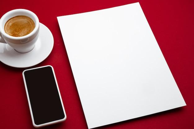 Пустой флаер плакат, изолированные на красном, чтобы заменить ваш дизайн.