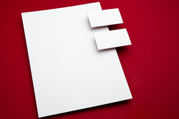 Manifesto vuoto flyer isolato su rosso per sostituire il tuo design.