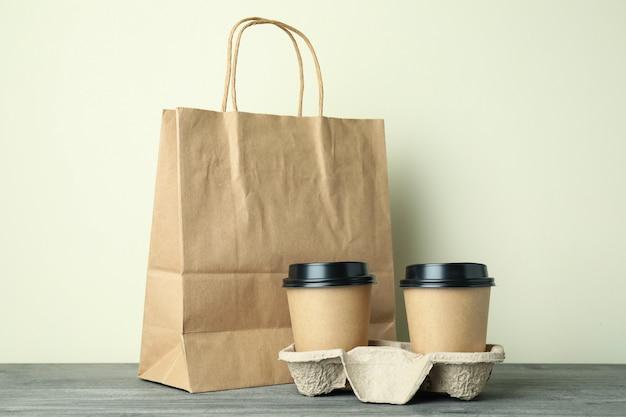 Пустые пакеты доставки еды на сером текстурированном столе