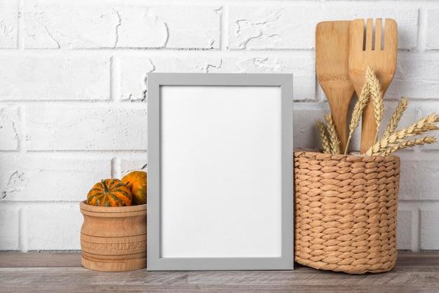 Cornice vuota sul bancone della cucina