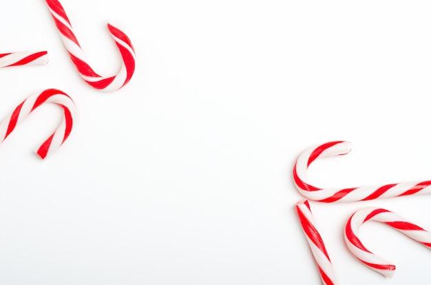 Пустая рамка с видом сверху тростников леденца рождества.