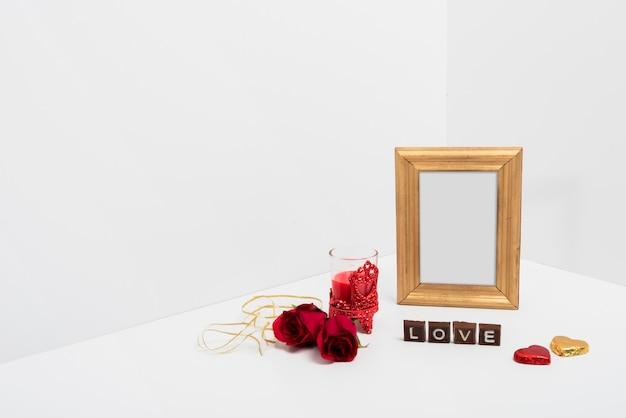 Cornice vuota con iscrizione love