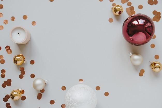 クリスマスの装飾で作られたモックアップコピースペースのある空白のフレーム:つまらないもの、キラキラ紙吹雪