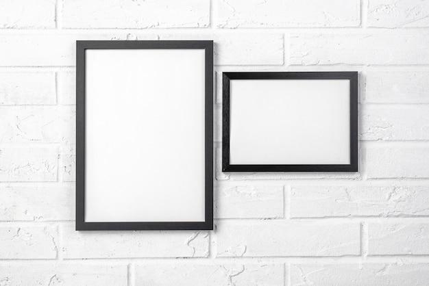 흰 벽에 빈 프레임