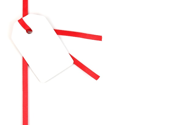 Пустой подарочный тег на красной атласной ленте, изолированной на белом