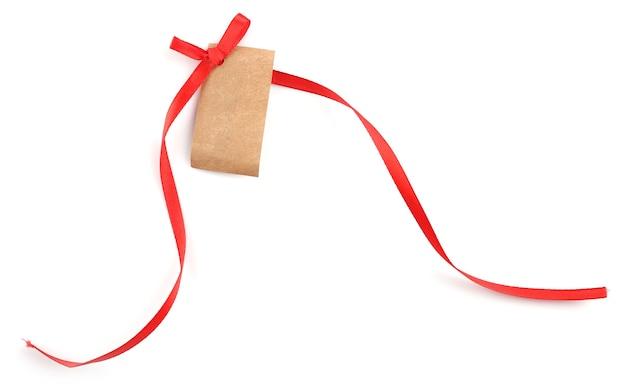 Пустая подарочная бирка с бантом на белой поверхности