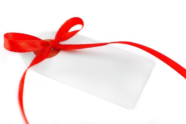 Пустой подарочный тег с бантом, изолированные на белом фоне