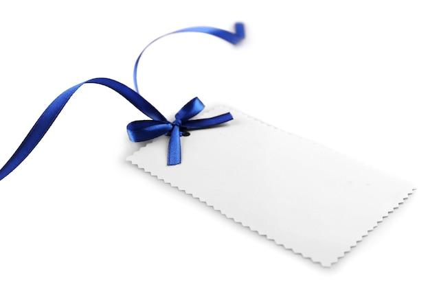 白で隔離の弓と空白のギフトタグ