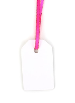 Пустой подарочный тег с розовой атласной лентой, изолированной на белом