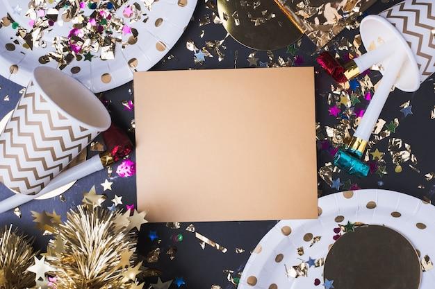 パーティーのカップ、パーティーブロワー、はさみ、紙吹雪と空のゴールデングリーティングカード