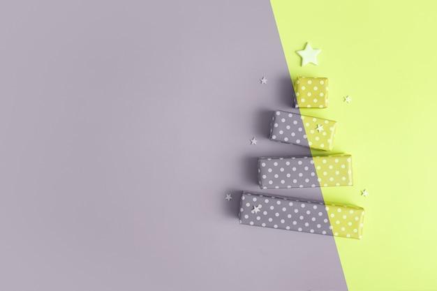 메리 크리스마스 선물 상자로 만든 추상 회색 노란색 크리스마스 트리가 있는 빈 인사말 카드