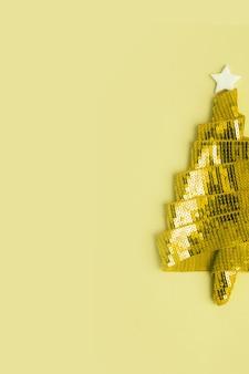 메리 크리스마스와 새해를 위한 리본으로 만든 추상적인 반짝이는 황금빛 크리스마스 트리가 있는 빈 인사말 카드