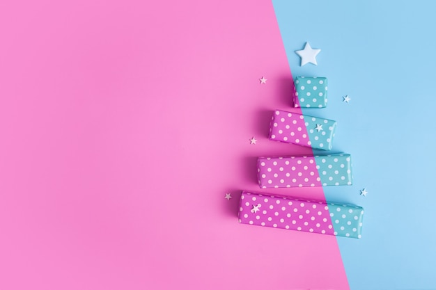 메리 크리스마스 선물 상자로 만든 추상 2색 크리스마스 트리가 있는 빈 인사말 카드
