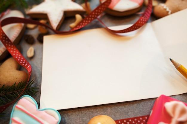 다양 한 쿠키와 빈 인사말 카드