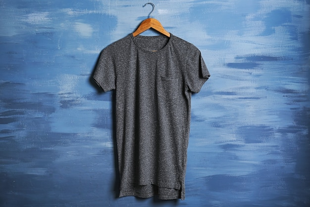 グランジに対する空白の灰色のtシャツ