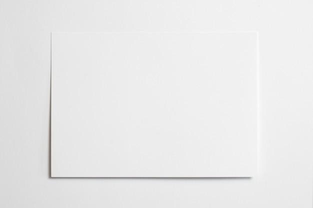 空白の水平フォトフレーム10 x 15サイズホワイトペーパーの背景に分離したソフトシャドウテープ