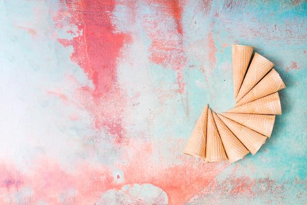 Пустые вафли мороженого на фоне красочных