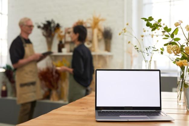 Пустой ноутбук в цветочном магазине