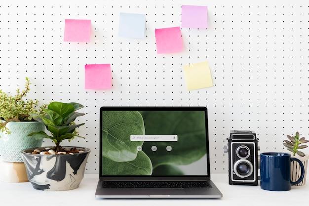 Schermo del laptop vuoto su una workstation verde