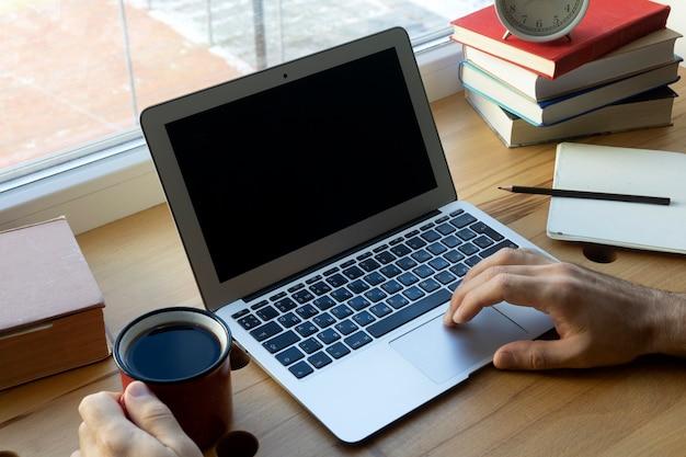 빈 노트북 화면. 집에서 책상과 노트북으로 온라인으로 일하거나 공부하세요.