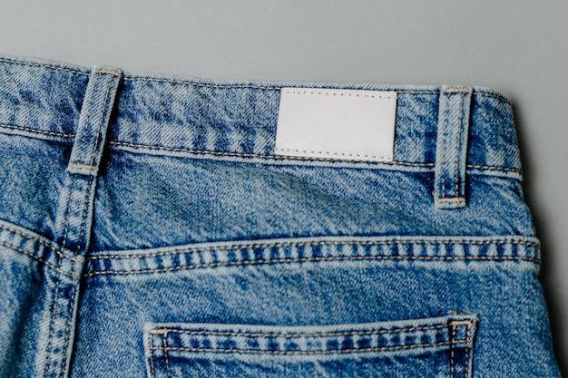 Чистый лейбл кожаных джинсов нашитый на синие джинсы. макет