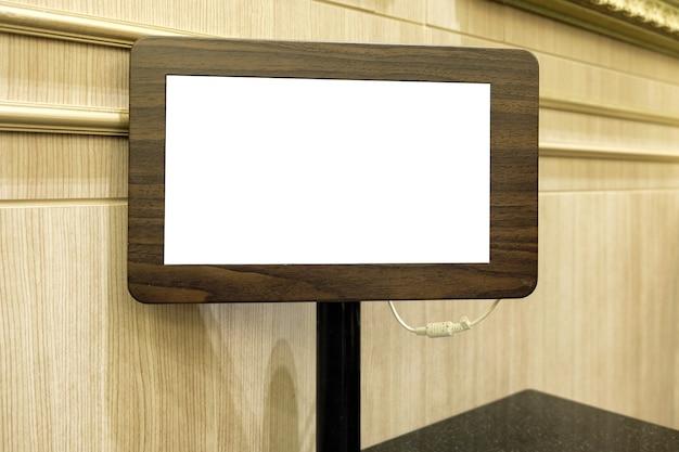 Пустое меню с деревянным планшетом через систему wi-fi в ресторане