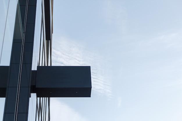 Пустой макет рекламной вывески для названия магазина с фоном голубого неба.