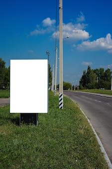 여름 도시 배경에 수직 광고판 거리 포스터가 비어 있습니다.