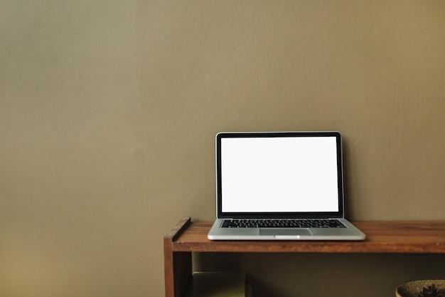 Пустой макет копией пространства экрана ноутбука на коричнево-оливковой поверхности
